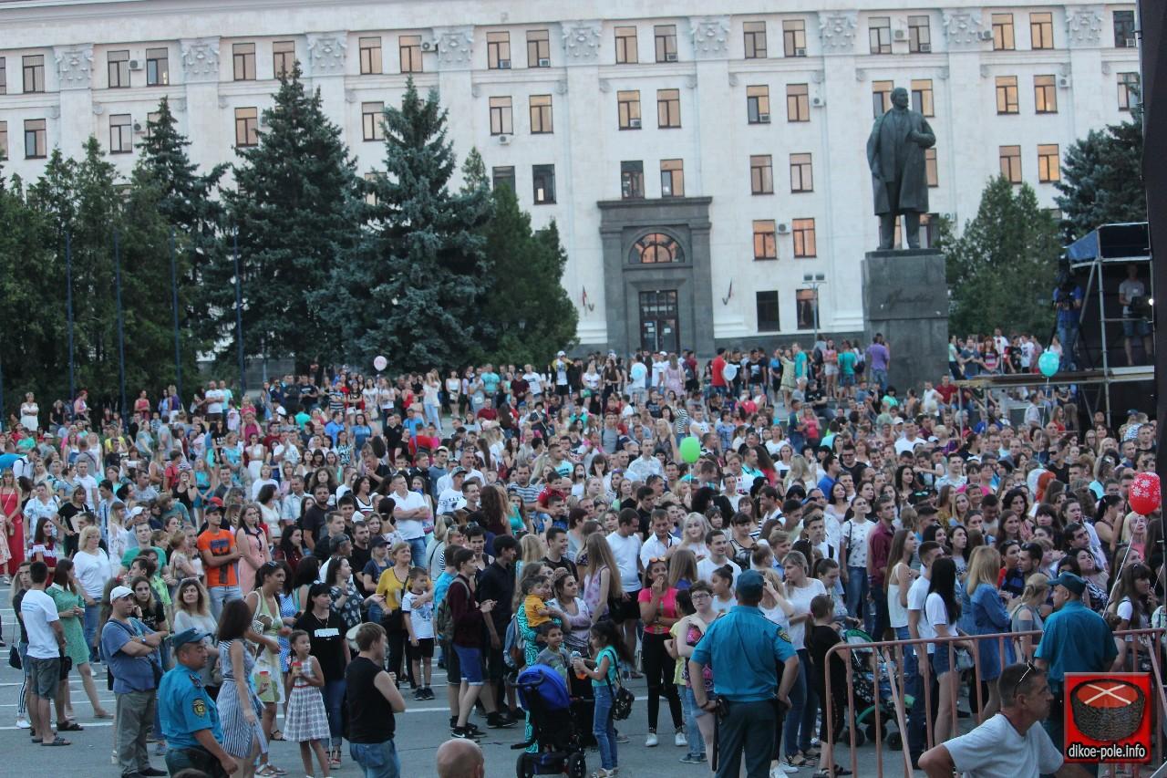 Российские звезды концертом поздравили жителей ЛНР с Днём металлурга