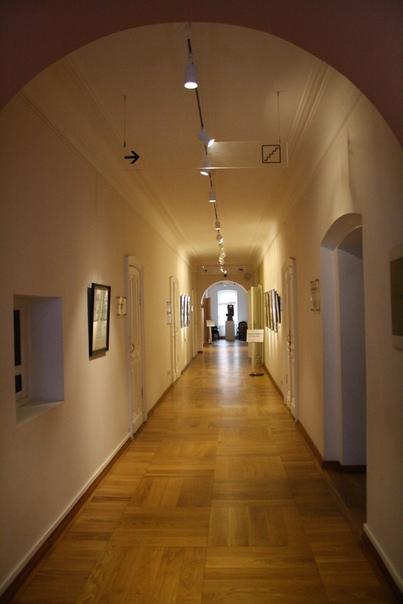 Интерьер основного коридора с выставкой.