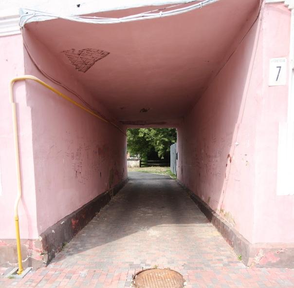 Заприметил арку с наскальной живописью. Это всегда показывает что там у местных.