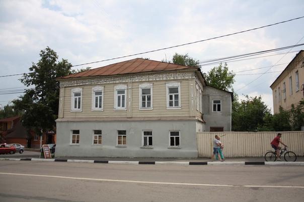 Крутые наличники и орнамент вдоль крыши