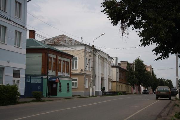 С колонами —дом купца Иванова XVIII—начала XIX веков. Сейчас детская школа искусств имени А. С. Голубкиной.