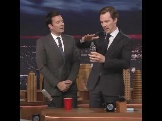 Бенедикт Камбербэтч показывает фокус /Benedict Cumberbatch