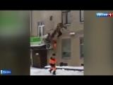 В Москве двое рабочих сорвались с пожарной лестницы.