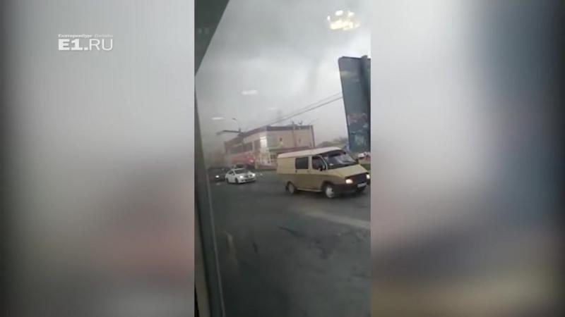 Очевидец снял, как в Арамиле с магазина срывает крышу. Видео смотреть надо со зв
