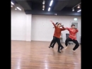 Please just look at these two dorks dancing in sync to ddaeng they look like two excited l