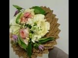 Букетик на 8 марта с клематисом, фрезией и ароматной парфюмной розой