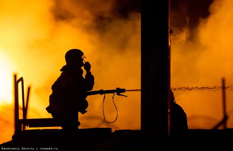 Ночью 17 человек тушили жилой дом в Томске