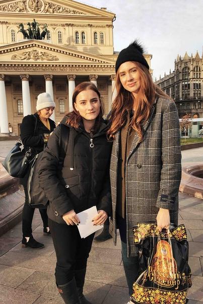 Звезда «Доктора Кто» и Marvel Карен Гиллан посетила Россию В Москве актрисе подарили матрешку с ее лицом и научили говорить на русском языке Шотландская актриса приехала в столицу России ради