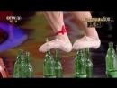 РЕКОРДЫ СТРАНЫ Уникальный трюк вызов По Зелёному Стеклу хождение по бутылочным горлышкам Исполняет труппа народности Мяо