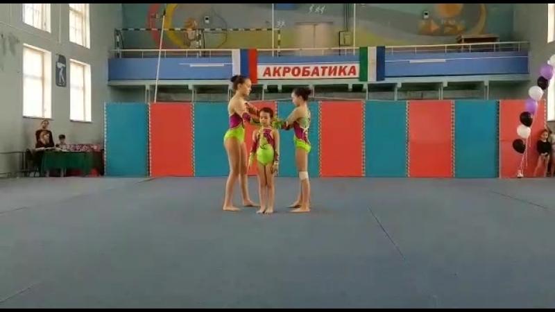 Спортивная акробатика.Жен.группа по 2 юн.р.,2 упр.