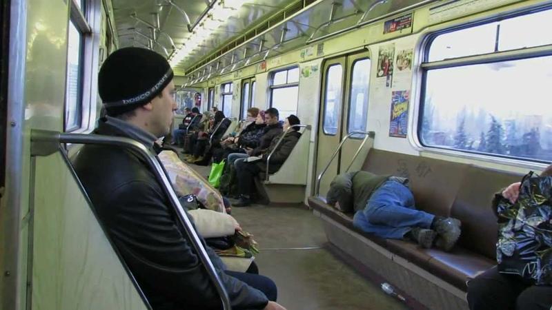 Спальное место в вагоне метро.