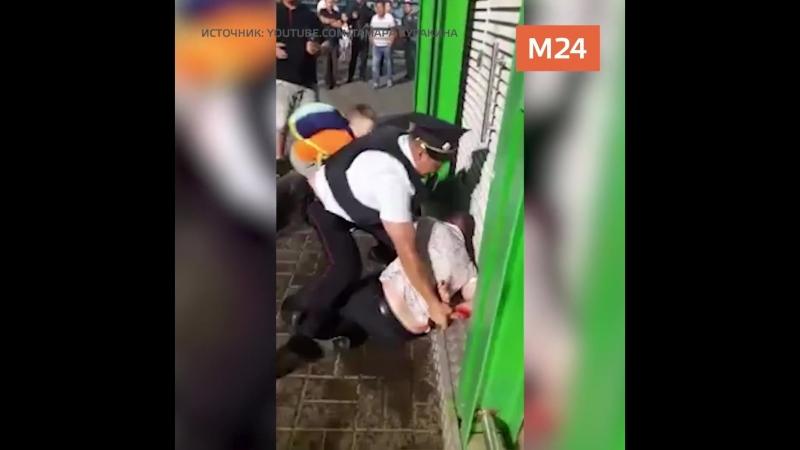Полицейские жестко скрутили нетрезвого мужчину в аэропорту Домодедово За отца вступился маленький сын и случайные прохожие а в
