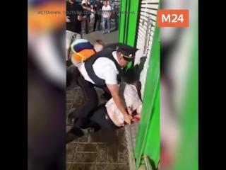 Полицейские жестко скрутили нетрезвого мужчину в аэропорту Домодедово. За отца вступился маленький сын и случайные прохожие, а в