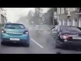 Не вписался между машинами_ появилось видео жесткой аварии с участием мото