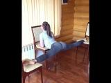 SLs Поперечный шпагат между стульев