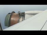 У двигателя самолета оторвалась обшивка