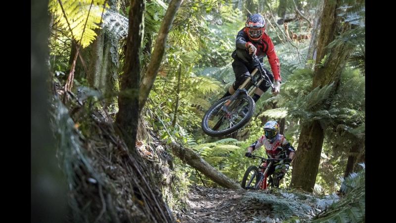Brook 'Bulldog' Macdonald и Sam 'Blinky' раскатывают по треку Te Ranga Mountain Bike в Новой Зеландии.