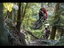 Brook 'Bulldog' Macdonald и Sam 'Blinky' раскатывают по треку Te Ranga Mountain Bike в Новой Зеландии