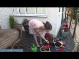 Худая зрелая мамка с большими сиськами благодарить своего любовника садовника за чудные цветы