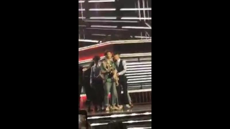 [VIDEO] JaymesV - Тот самый момент, когда @BTS_twt только что ВЫИГРАЛИ награду top social на BBMAs , изнутри MGM Grand Garden Ar