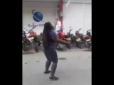 Жонглирует мачете