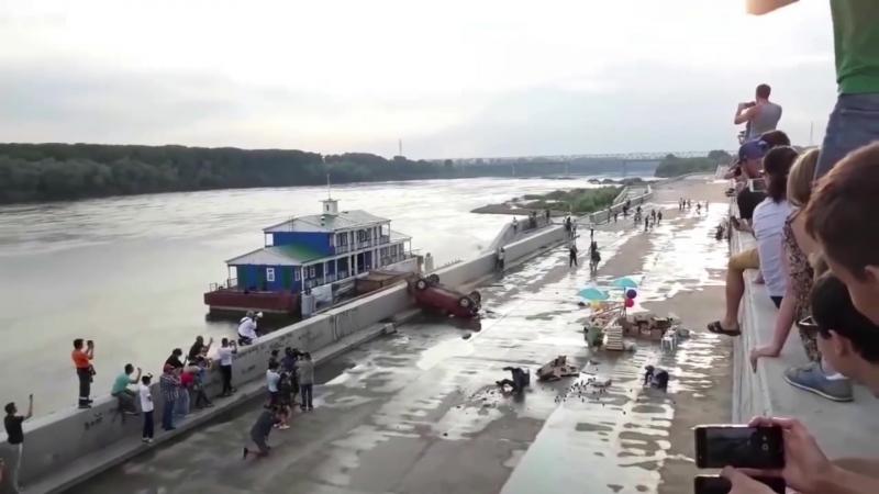 Эпичное видео на Уфимской набережной перевернулась легковушка