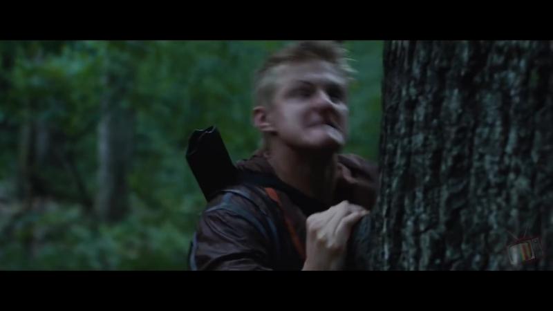 Китнисс спасается на дереве от Катона и его команды - Голодные игры (2012) - Момент из фильма
