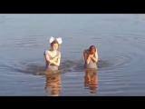 Красивые школьницы выпускницы раздеваются и плавают в реке светят грудью и попой в трусиках