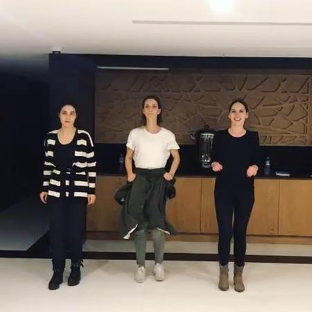 """İrem Helvacıoğlu on Instagram: """"Setin yoğun programının arasında 2 kez prova yapıp o provada hiç setten gelmemişiz gibi çok eğlendik önüme bağladığ..."""