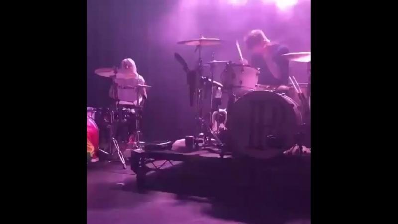 Lynn Gunn and Justin Nace PVRIS drumming live in LA, CA 12/04/2018