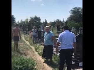 В Ростове полиция пытается задержать вандала на кладбище