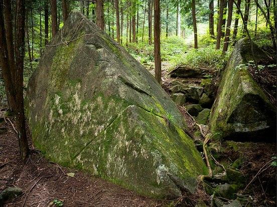Загадочные пирамиды в лесу на горе Касаги в Японии