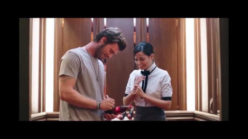 Kıvanç Tatlıtuğ Kıvanc Tatlıtug ve Sheila Jordà Sheila Jorda - Coca-Cola - Coca-Cola Türkiye - Asansör - İmza - 2017