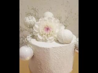 Торт с живыми цветами и шоколадными шарами