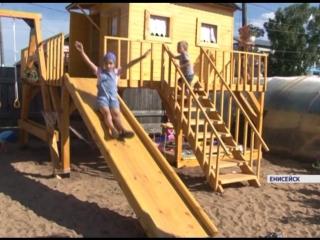 Житель Енисейска вместо дома на собственном участке построил детский городок для всех