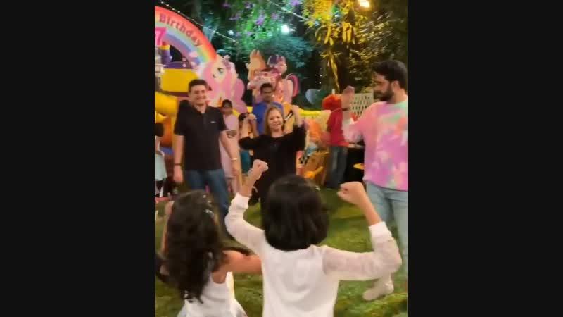 Абхишек танцует с детьми на дне рождения дочери Аарадьи