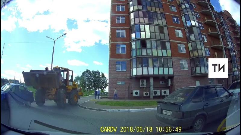 В Нижнекамске на видео сняли таран трех автомобилей экскаватором