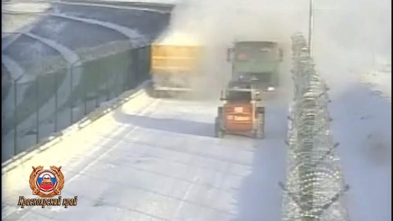 На плотине Богучанской ГЭС грузовик выехал из снежной завесы и снёс автопогрузчик
