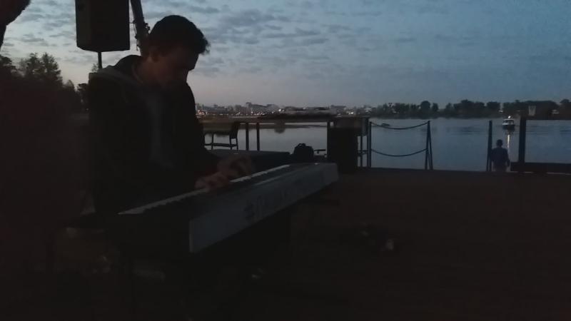 Пианист на Б