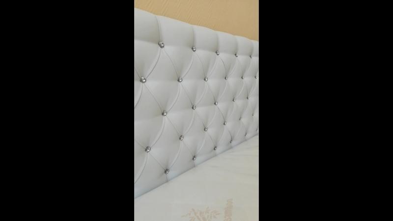 Кровать Фрейлина в белой экокоже со стразами.