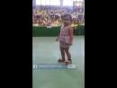 Девочка прикольно танцует.