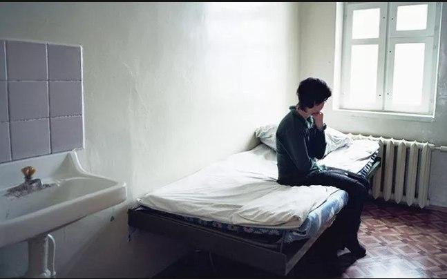 В томской психиатрической больнице подростка поместили в одну палату с взрослыми