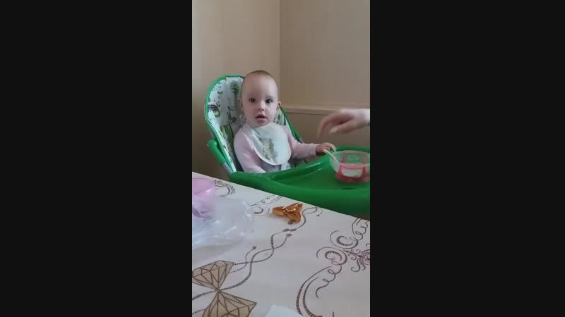 Внуча Полина завтракает