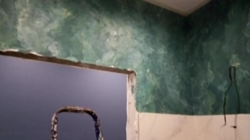 Процесс работы над венецианской штукатуркой под зелёный камень