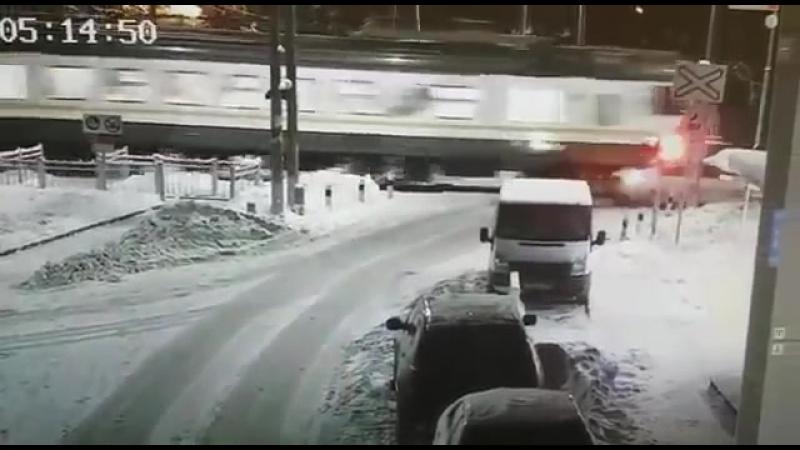 В посёлке Усово-тупик электричка снесла Шкоду на ж/д переезде