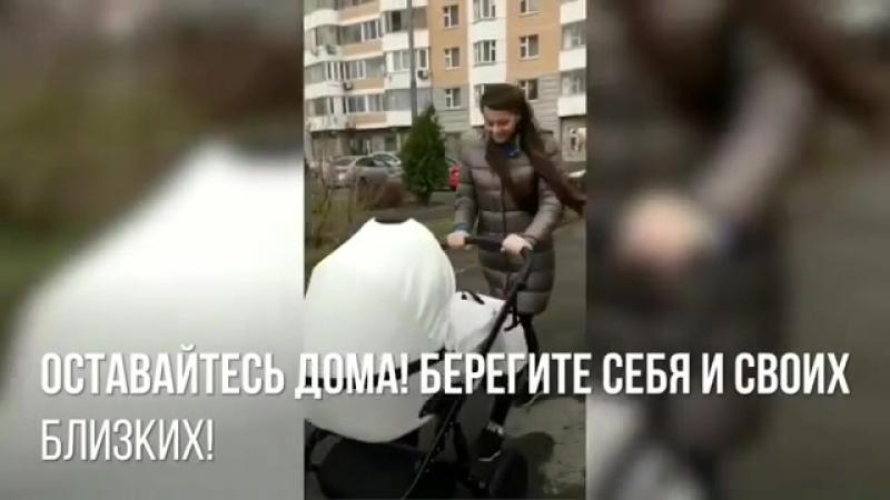 Ольгу Рапунцель вышла гуляет с новорожденной малышкой, не смотря на то, что в Москве объявлено штормовое предупреждение...