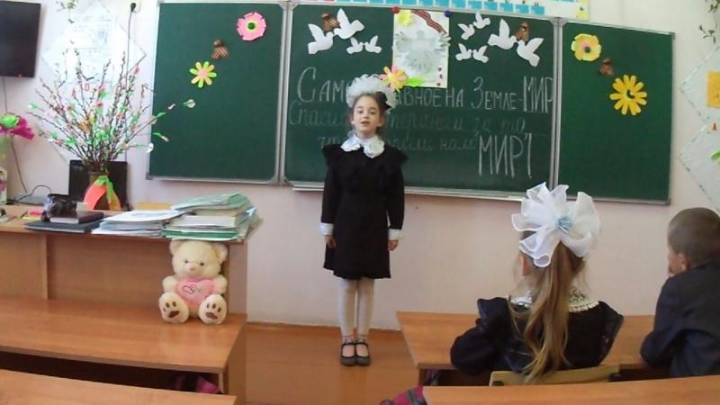 Миронова Олеся читает стихотворение За победу-дедушке (автор - Вилочкина Наталья)