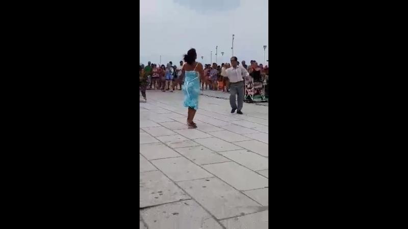 В самом сердце Мар-дель-Платы, перед глазами всех туристов, посмотрите, как эта пара танцует