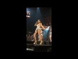 Сексуальная Ани Лорак светит трусиками на концерте #шоудива