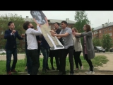 Группа школьников из Казани сняла к выпускному музыкальный клип о друге, который покончил с собой, выпрыгнув из окна.